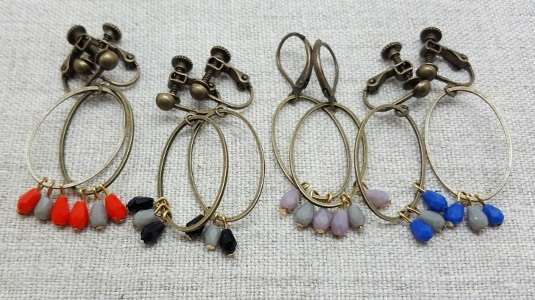 boucles d'oreilles ovales avec petites perles de couleurs