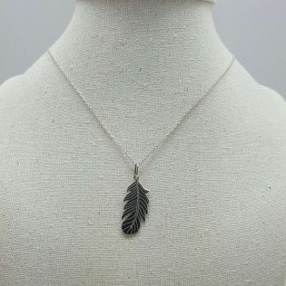 Collier plume verticale