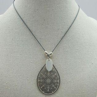 Collier arabesque poire fantaisie sur lien fin coton