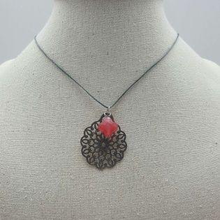 Collier arabesque fantaisie argenté et pierre colorée