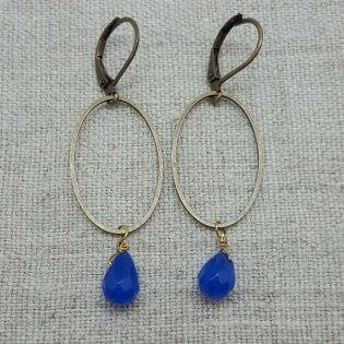 Boucle d'oreille ovale et perle colorée