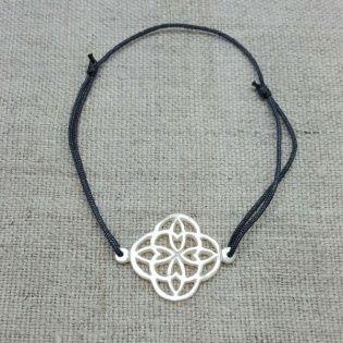 Bracelet arabesque en nacre sur lien fin satiné