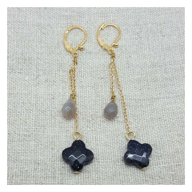 Boucle d'oreilles doré longues avec 2 pierres grise et bleu nuit sur chaîne avec 2 pierres gris et bleues nuit