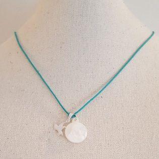 Collier religieux médaille vierge en nacre et breloque colombe en argent sur lacet coton