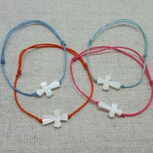 Bracelet croix nacre sur lien fin