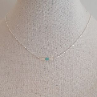 Collier fine chaîne plaqué Or et perles tubes colorées