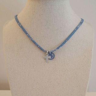 Collier religieux lien fin liberty avec une croix argent et pastille nacre bleue personnalisable