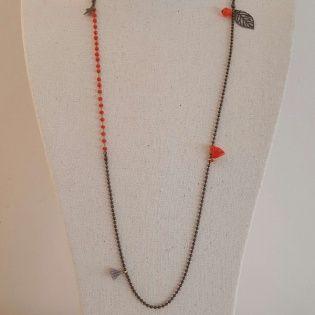 Sautoir chaîne perles colorées et breloques et pompons