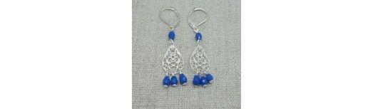 Boucles d'oreilles courtes poire arabesque et perles colorées