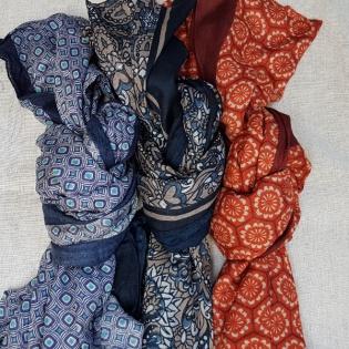 Foulard imprimé bleu ou gris