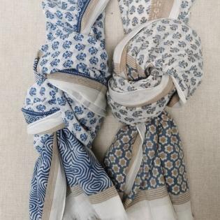 Foulard fleuri bleu et gris