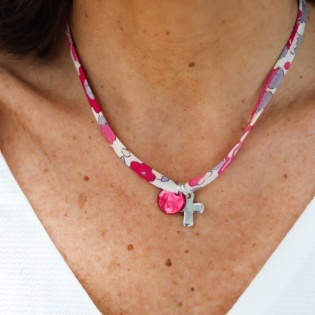 Collier religieux lien fin liberty avec une croix argent et pastille nacre rose personnalisable